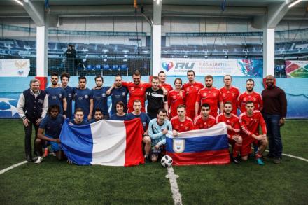 Футбольный матч между командами болельщиков сборных России и Франции завершился победой России!